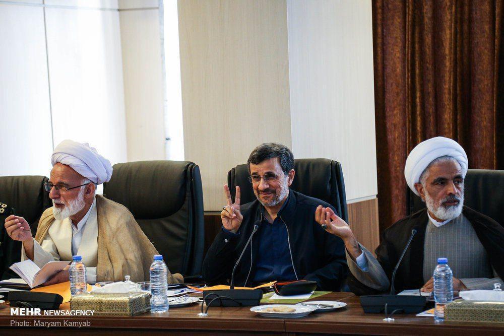 مسخره بازی احمدی نژاد در جلسه مجمع تشخیص + عکس