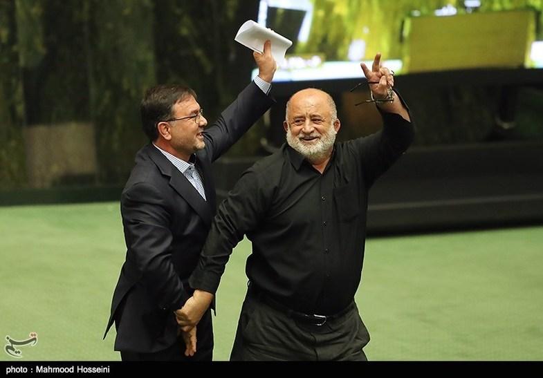 شیرین کاری های قاضی پور در مجلس! + عکس