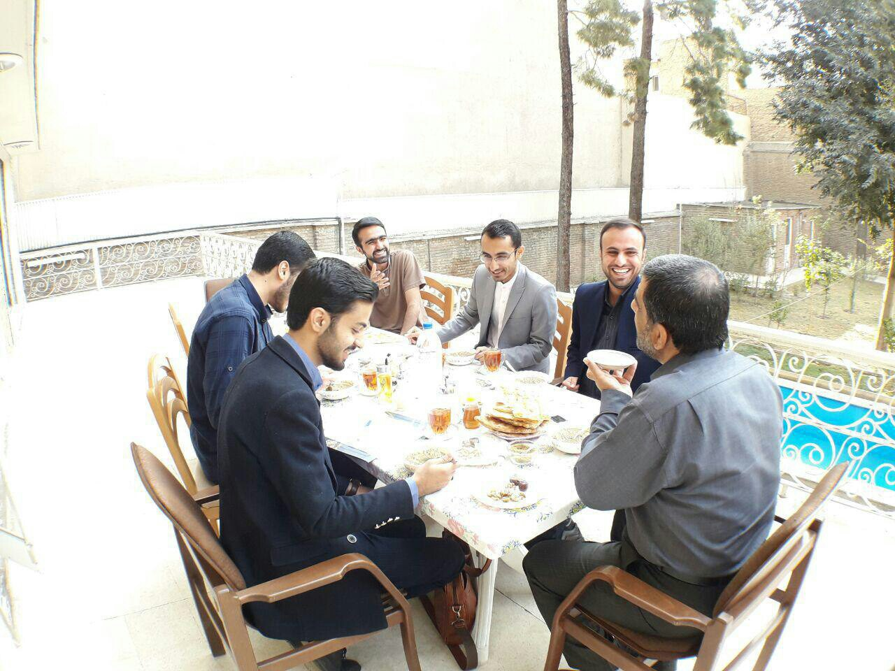 ضرغامی با دانشجویان صبحانه خورد + عکس