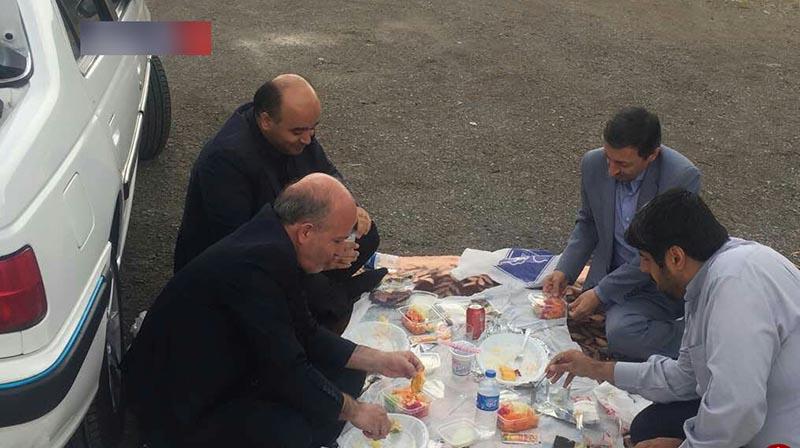 ناهارخوردن رئیس کمیته امداد در کنار جاده! + عکس