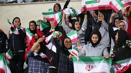جمله باور نکردنی در ورزشگاه آزادی! + عکس