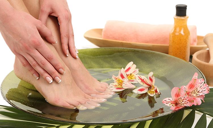 با خیساندن پا در این محلول 5 درد درمان میشود