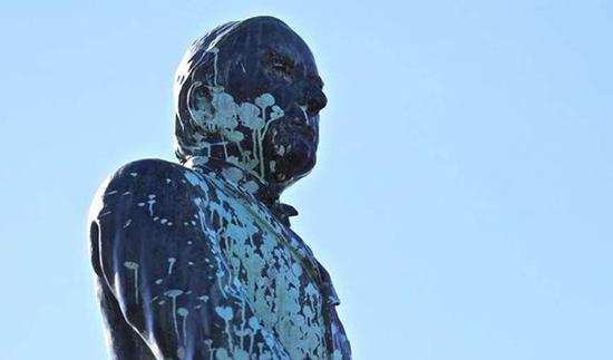 تخریب مجسمه رییس جمهور سابق + عکس