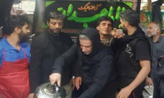 عباس عراقچی در حال خدمت به زائران امام حسین + عکس