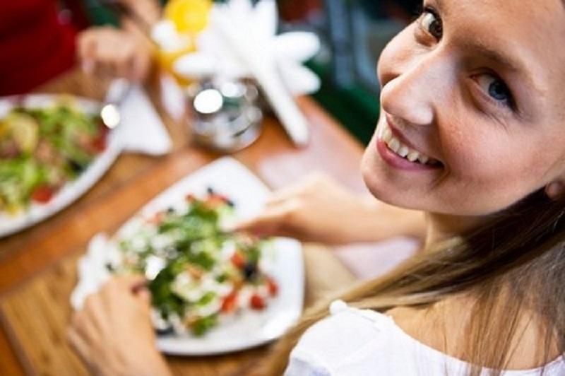 تغذیه مناسب زنان در گروه های سنی مختلف باید چگونه باشد ؟