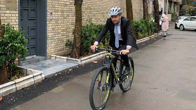 دوچرخه سواری سفیر سوییس در خیابان های تهران! + عکس