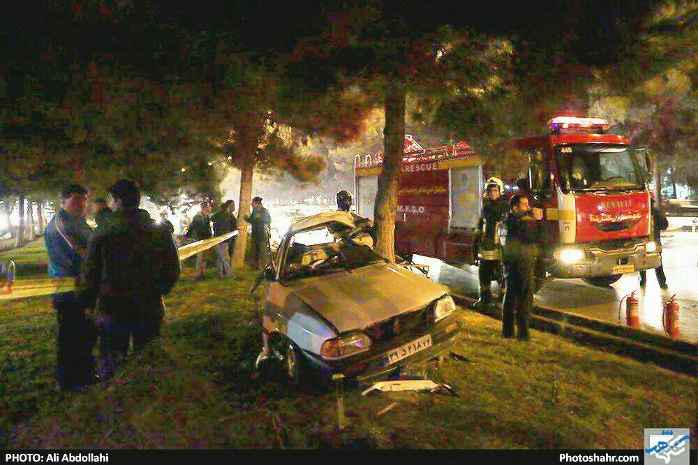 دو نیم شدن پراید در تصادف با درخت! + عکس
