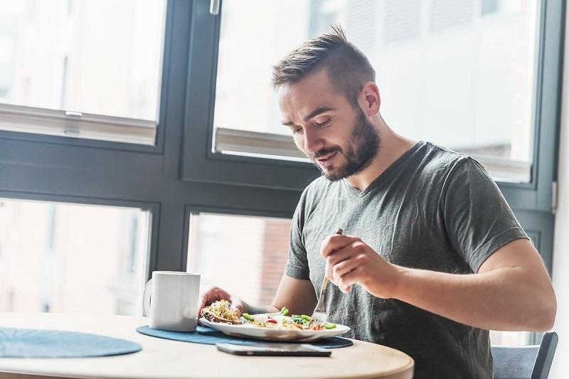 هشت دلیل برای این که تنها غذا بخوریم