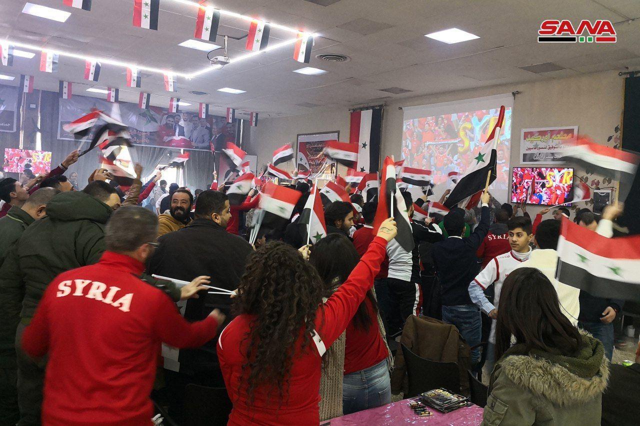 مردم سوریه در حال تماشای بازی فوتبال کشورشان + عکس