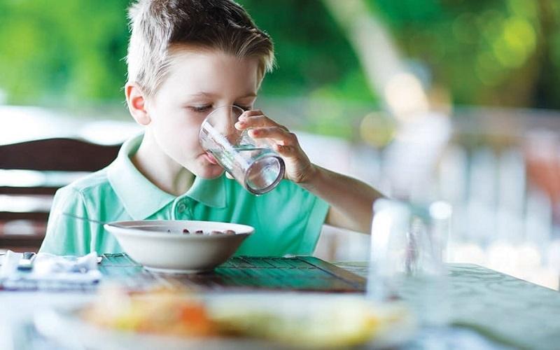 اثرات نوشیدن آب همراه غذا بر بدن