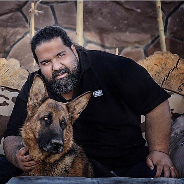 خواننده معروف ایرانی در کنار سگ خانگی اش