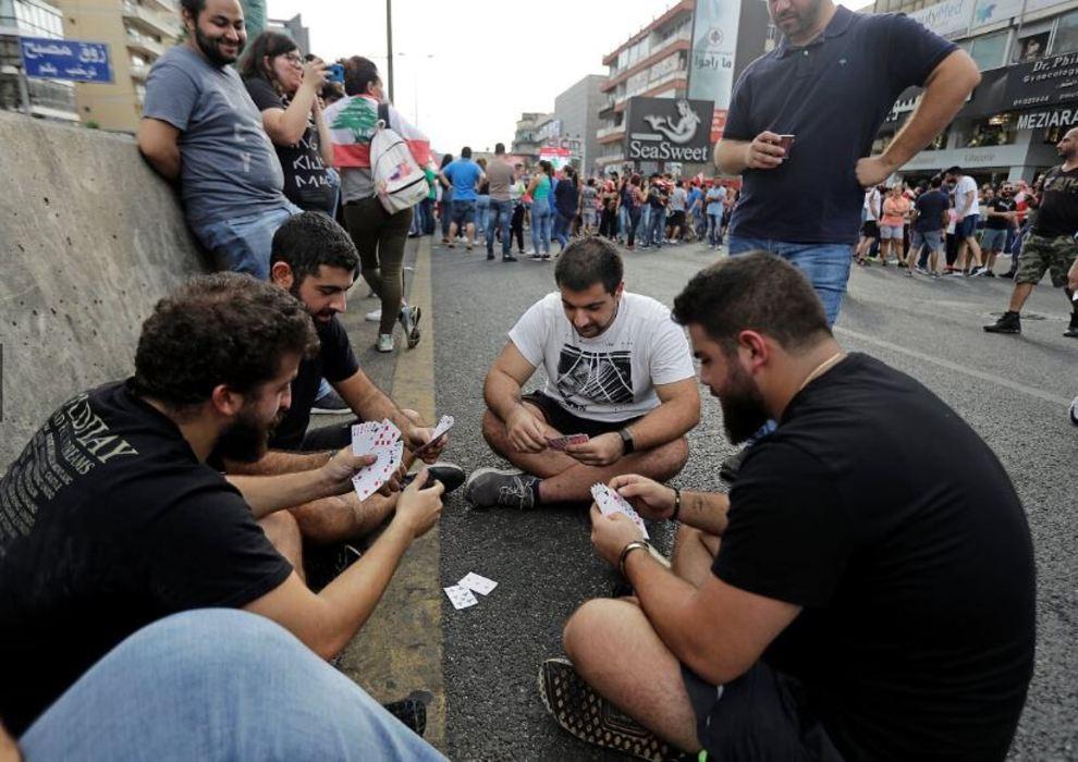اعتراضات در لبنان با قلیان و کباب! + عکس