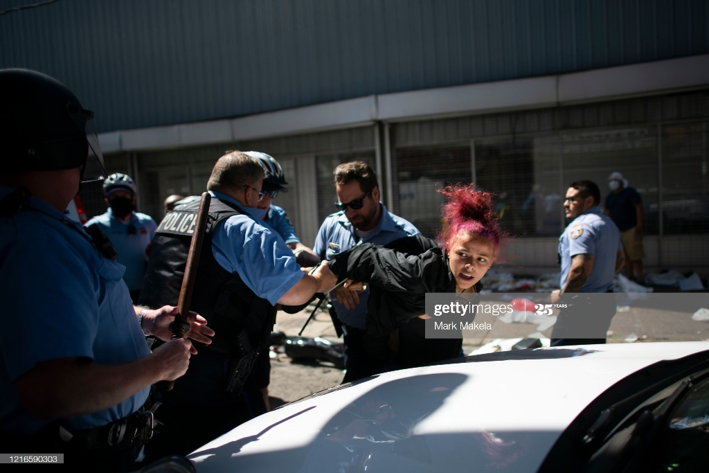 رفتار خشن پلیس آمریکا هنگام بازداشت یک زن معترض + عکس