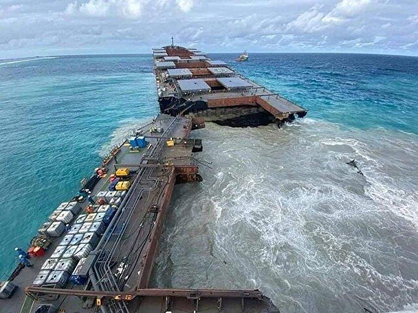 1421613 466 - شناور ژاپنی در دریا نصف شد +عکس