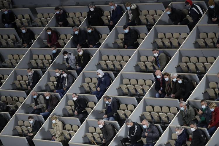 f801850a58fb48a192aaa933a35e00b3 - دیوارکشی در استادیوم + عکس