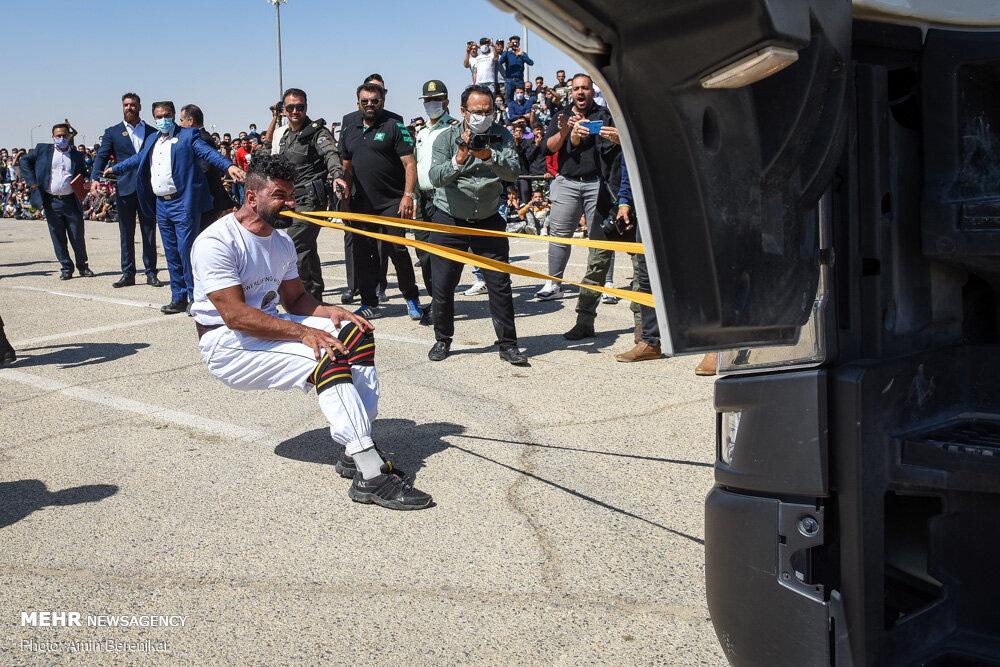30010 - ورزشکار ایرانی که رکورد جابه جایی تریلی با دندان را شکست + عکس