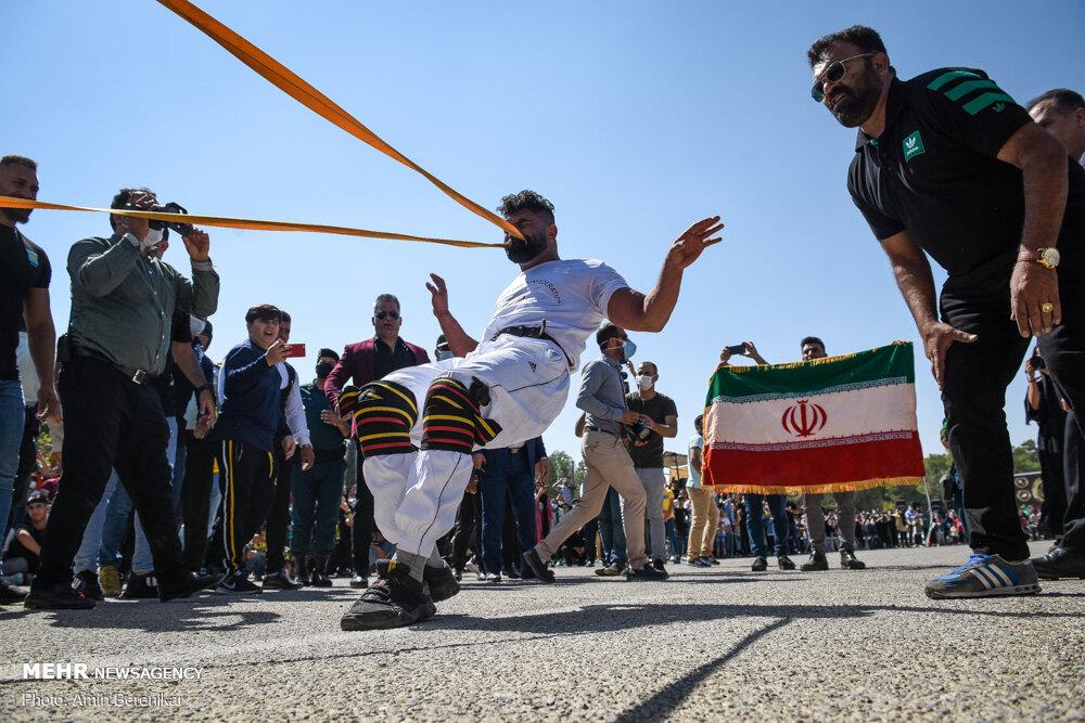 30012 - ورزشکار ایرانی که رکورد جابه جایی تریلی با دندان را شکست + عکس