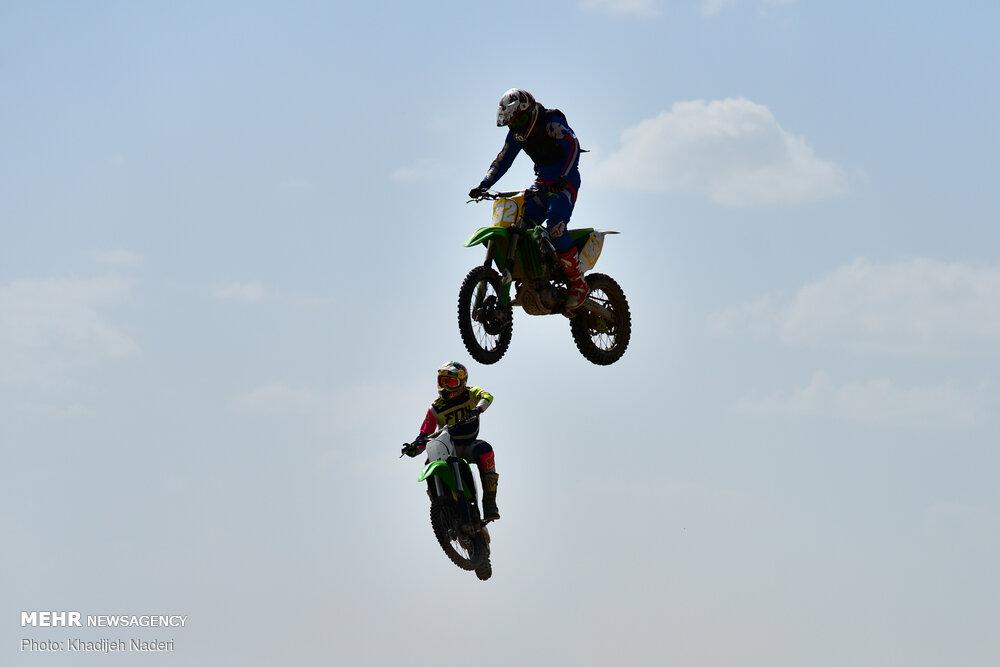 80091 - حرکت جالب و نمایشی در مسابقات موتور کراس + عکس