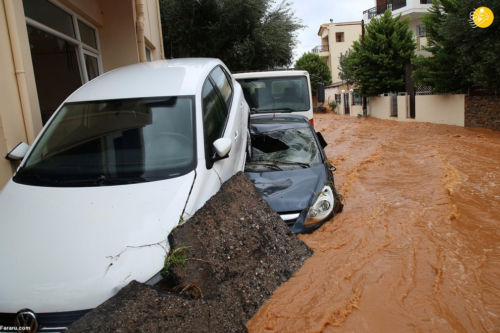 40014 - سیل در یونان خودروها را به دریا انداخت+ عکس