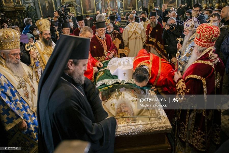 بوسه بر پدر مقدس کلیسا در صربستان که بر اثر کرونا درگذشت! + عکس