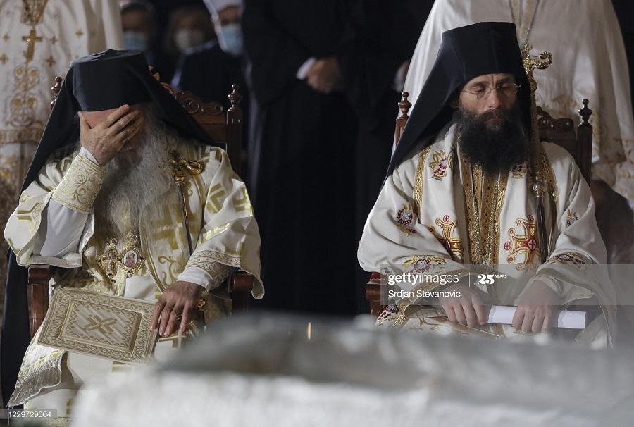 32983475 - بوسه بر جنازه پدر مقدس کرونایی+عکس