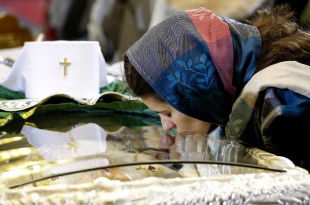 397264835 - بوسه بر جنازه پدر مقدس کرونایی+عکس