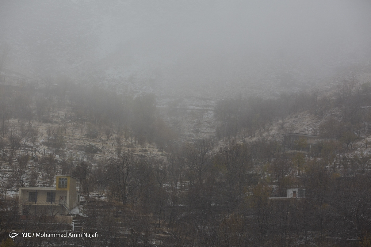 بارش نخستین برف پاییزی در همدان + عکس