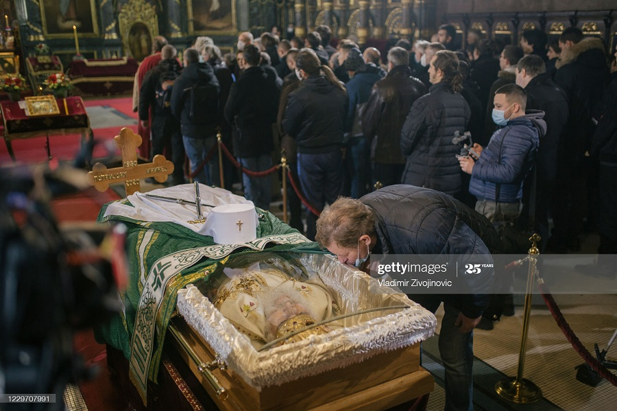 83473295 - بوسه بر جنازه پدر مقدس کرونایی+عکس