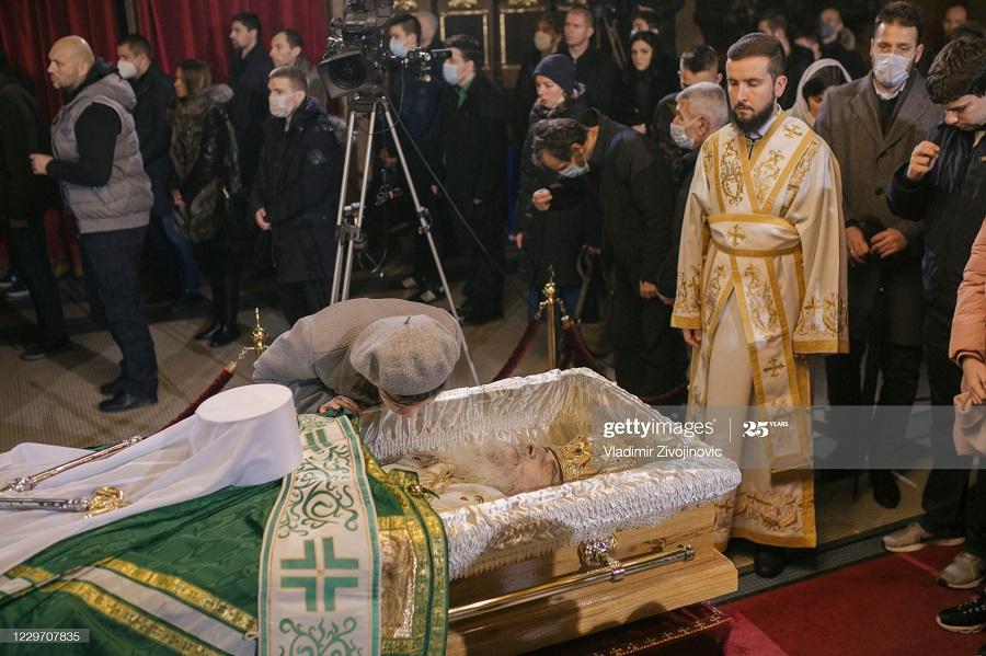 8732989205 - بوسه بر جنازه پدر مقدس کرونایی+عکس