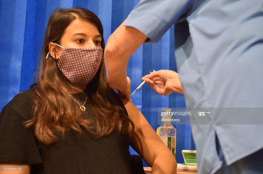 4705c936 6a50 4ab5 acf8 edc5bfd898e7 - انگلیسی ها در حال تزریق واکسن کرونا + عکس