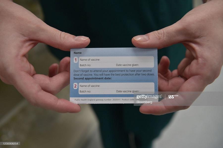 48dbe252 a8d4 4460 9cf6 221e2d8427ae - انگلیسی ها در حال تزریق واکسن کرونا + عکس