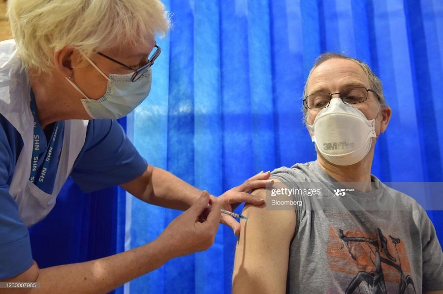 58dc66c5 fba4 4ce2 8f65 e1aa458b6ee1 - انگلیسی ها در حال تزریق واکسن کرونا + عکس