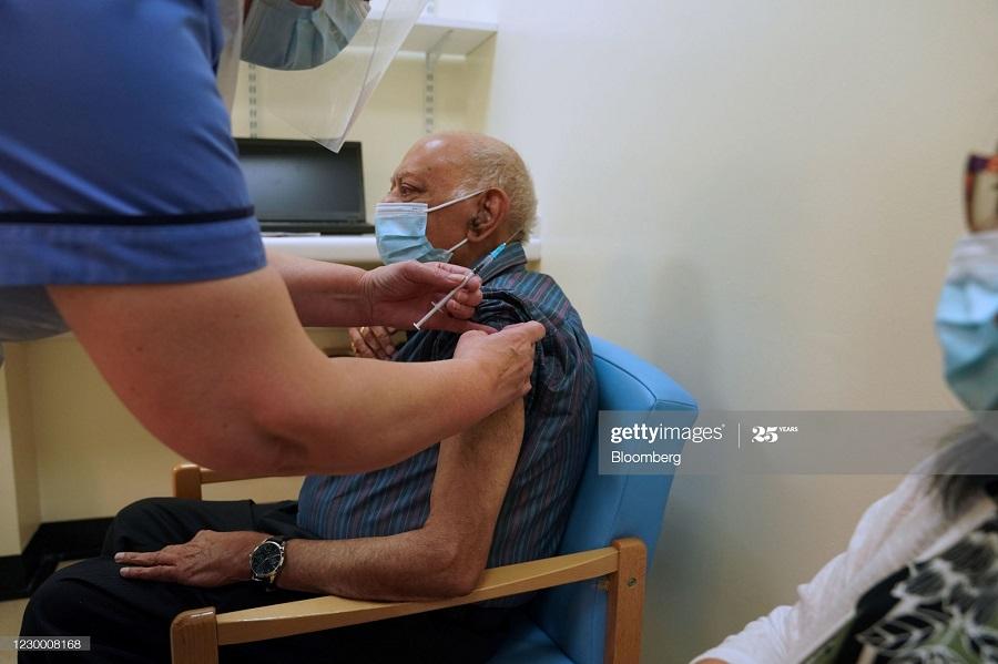 e012ce06 8854 4585 8965 c5ebb104d57d - انگلیسی ها در حال تزریق واکسن کرونا + عکس