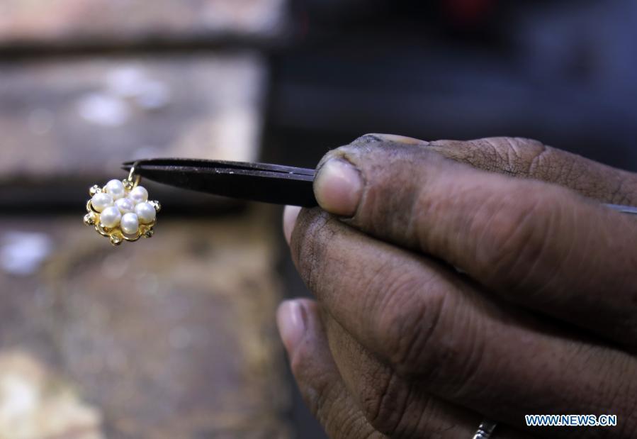 صنعتگر بغدادی در حال کار بر روی یک قطعه جواهر + عکس
