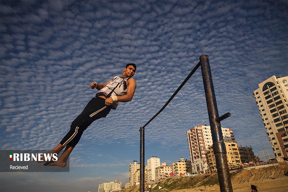 ورزش کردن یک جوان فلسطینی در سواحل غزه + عکس