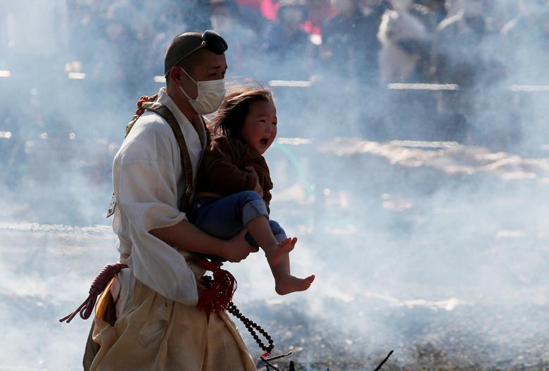 سنت عجیب راه رفتن روی ذغال داغ در ژاپن + عکس