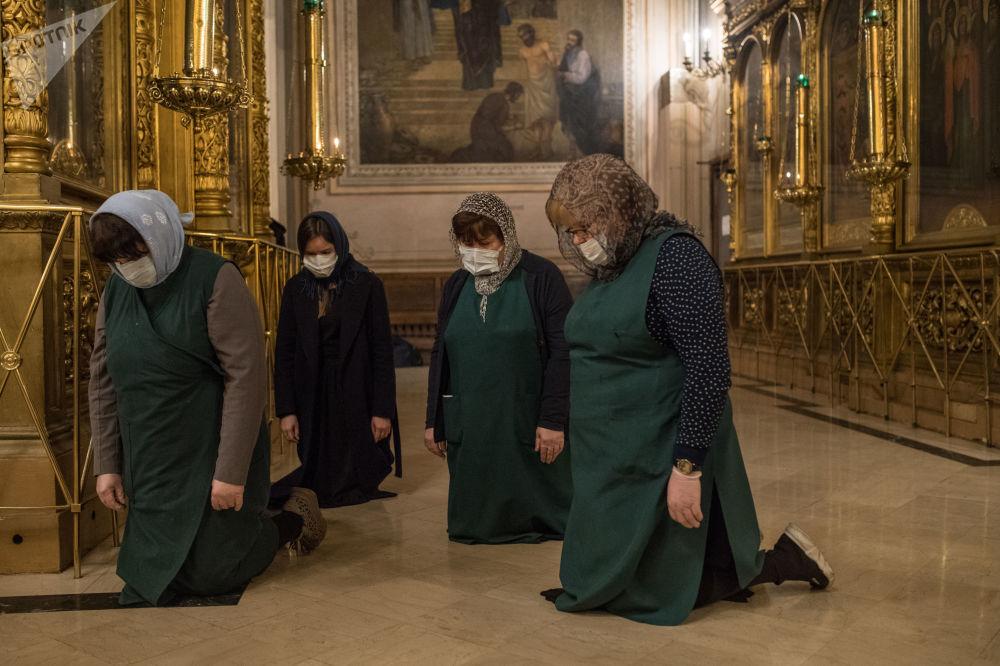 دعای زنان در کلیسا + عکس