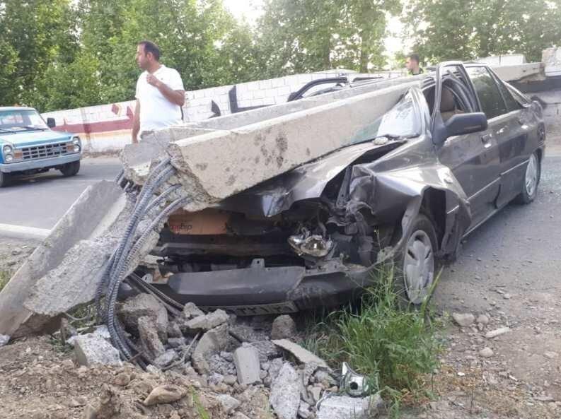 سقوط تیر چراغ برق روی پراید و نجات معجزهآسای راننده + عکس