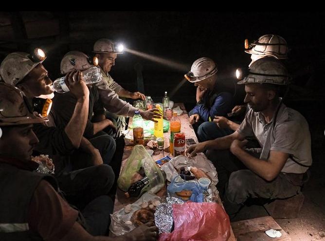 لحظه زیبای افطار معدنچیان بوسنیایی در شهر زنیکا  + عکس