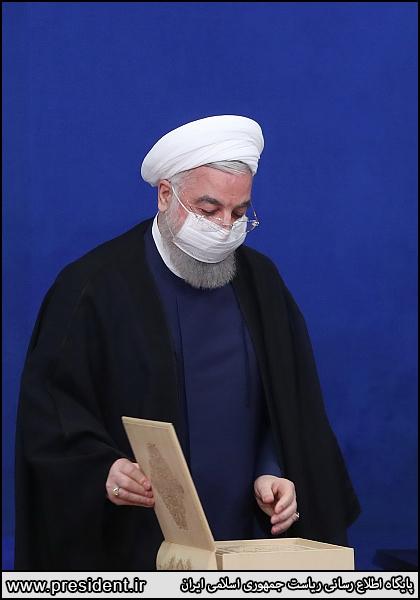 بوسه روحانی بر مصحف شریف قرآن + عکس