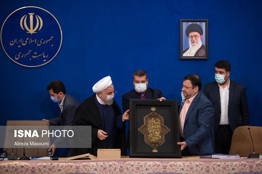 لحظه تجلیل از روحانی در جلسه شورای عالی فضای مجازی + عکس