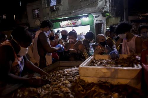 توزیع خرچنگ از سوی یک خیریه بین برزیلی ها + عکس