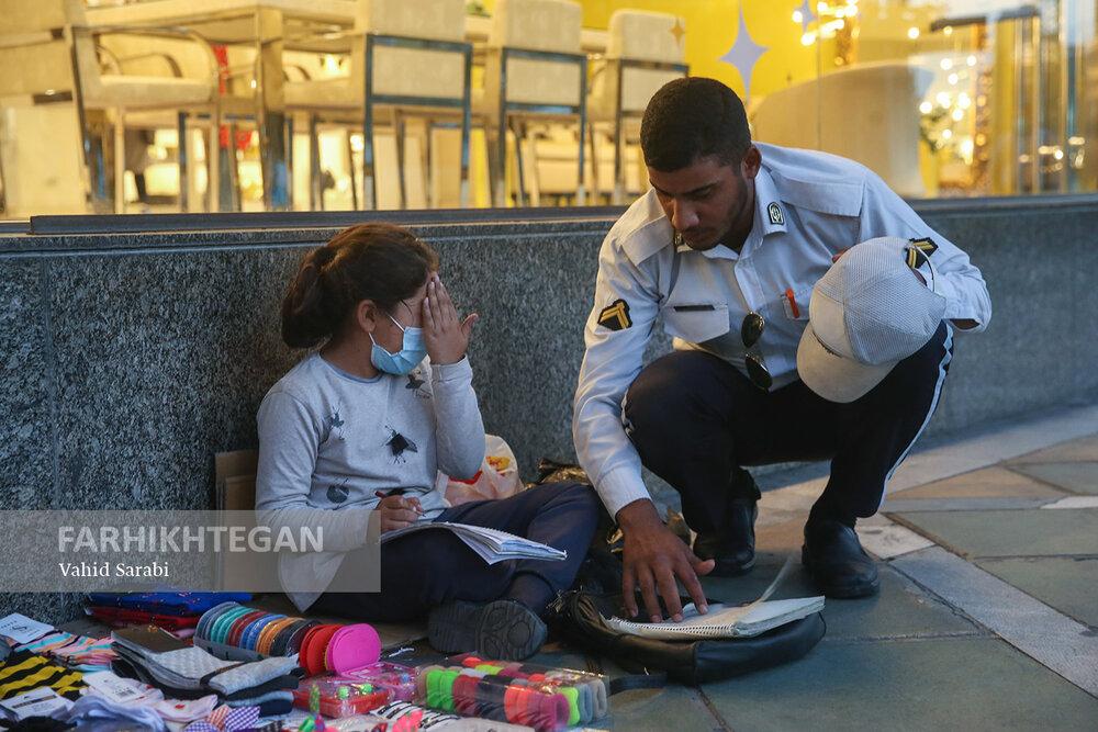 دیکته گفتن سرباز راهور به کودک کار+ عکس