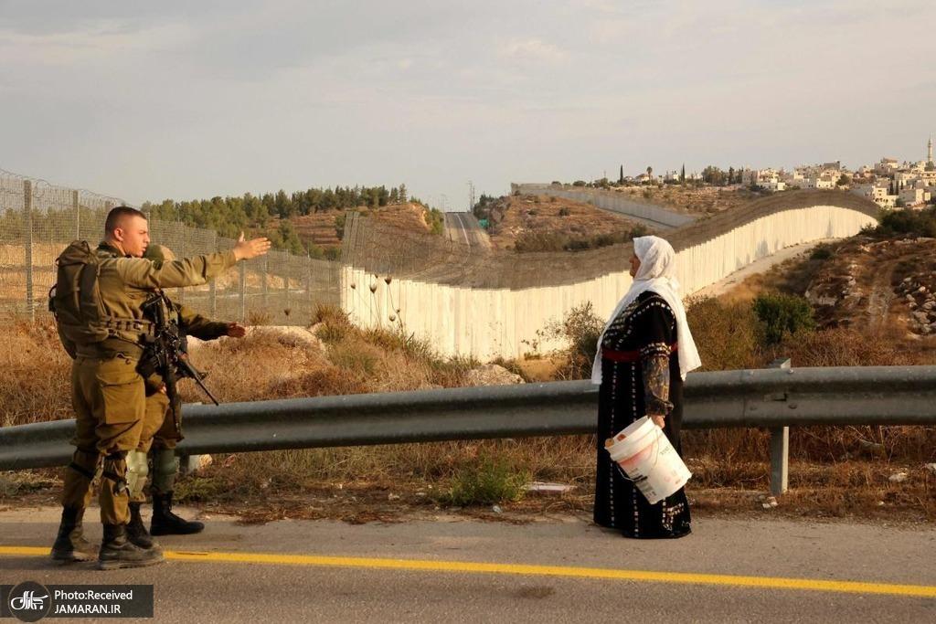 ایست بازرسی ارتش رژیم صهیونیستی در مقابل مزارع زیتون فلسطینیان + عکس