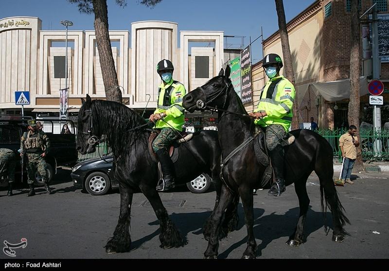 عکس یادگاری مردم با اسب سواران یگان ویژه نیروی انتظامی + عکس